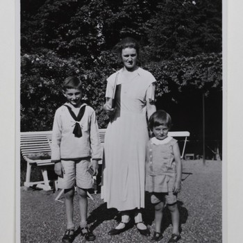 Freule Sanne in tuin met twee kinderen