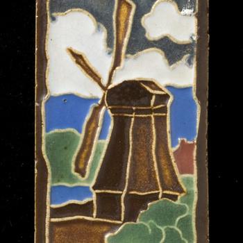 Tegel van keramiek, cloisonné, voorstellende een landschap gemaakt in Utrecht door Dirk Zwanink ca. 1920-1950