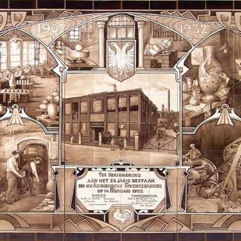 Tableau van 96 keramische tegels, voorstellende een plateelbakkerij, vervaardigd door de Arnhemsche Fayencefabriek te Arnhem, geschilderd door W.P. Hartgring in 1932