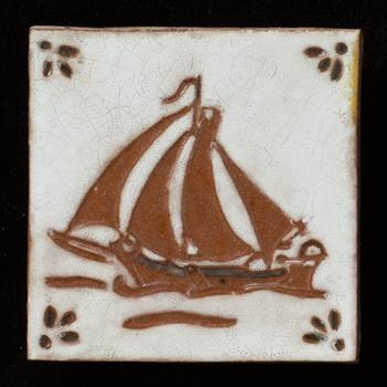 Tegel van keramiek, reliëf, voorstellende een schaapvaarttafereel gemaakt door Crevecoeur te Epe, ca. 1970