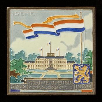 Tegel van keramiek, cloisonné, voorstellende een gelegenheidsdecor gemaakt in Utrecht door Westraven ca. 1939