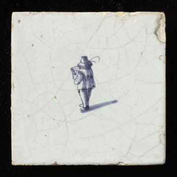 tegel in tinglazuur, voorstellende omroeper, gemaakt te Nederland ca. 1625-1675