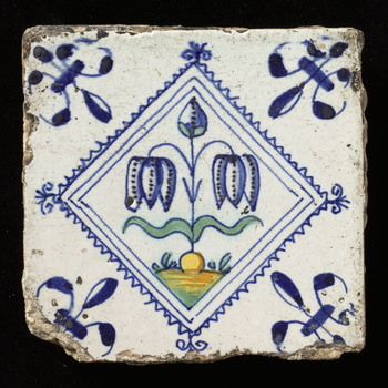 tegel van keramiek, tinglazuur, voorstellende Bloem op grondje gemaakt te ZUID HOLLAND?; NOORD-HOLLAND? ca. 1640-1660