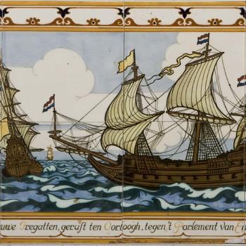 tegeltableau van keramiek, beschilderd in onderglazuur, voorstellende twee zeventiende-eeuwse oorlogsschepen, gemaakt door plateelbakkerij Rozenburg te Den Haag naar ontwerp van Karel Sluyterman, ca. 1909-1913