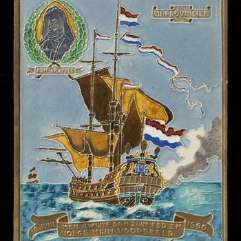 tegel van keramiek, cloisonné, voorstellende Gelegenheidsdecor gemaakt door Westraven te Utrecht ca. 1925-1940