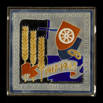 Tegel van keramiek, cloisonné, voorstellende een gelegenheidsdecor gemaakt in Utrecht door Westraven ca. 1942