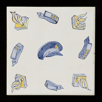 Tegel, geschilderd met voorstelling: attributen politie, vervaardigd door mevrouw Schneeman-Cremer in Ubbergen, ca. 1997