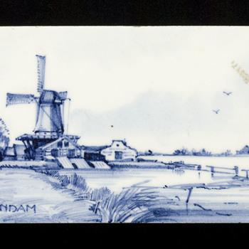 tegel van keramiek, opglazuur, voorstellende Dorps- of stadsgezicht gemaakt door Holland Hilversumse Plateel en Tegelbakkerij te Hilversum ca. 1960