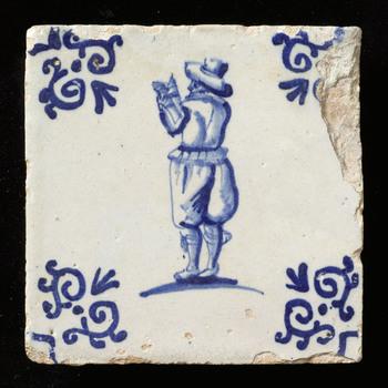 Tegel in tinglazuur, voorstellende omroeper, vervaardigd te Nederland ca. 1600-1650