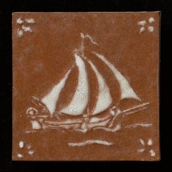 tegel van keramiek, reliëf, voorstellende een scheepvaarttafereel, gemaakt door Crèvecoeur te Epe, ca. 1970