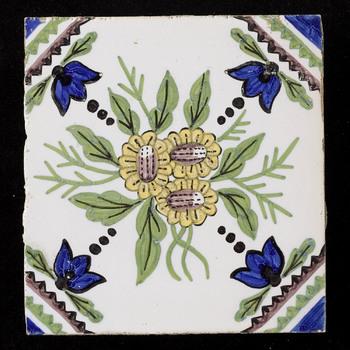 tegel in onderglazuur, met voorstelling: Haarlemmer boeket, gemaakt door Fayence- en Tegelfabriek Holland te Utrecht ca. 1900-1910