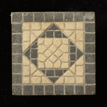 vloertegel van keramiek, inleg; industrie; relief, voorstellende vloertegel gemaakt te NEDERLAND;?; DUITSLAND;? ca. 1900-1930