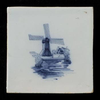 Tegel van keramiek, tinglazuur, voorstellende een landschap gemaakt in Makkum door Tichelaar  ca. 1960