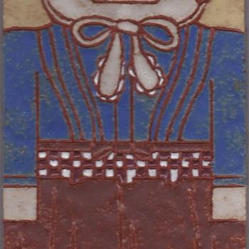 Tegel met ingekerfde lijnen, met voorstelling: streekdracht Borculo, vrouw, vervaardigd door Frouwien Soenveld te Wageningen, 1984