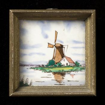 tegel in tinglazuur, voorstellende landschap met molen, vervaardigd door Plateelbakkerij Delft te Hilversum ca. 1950-1965