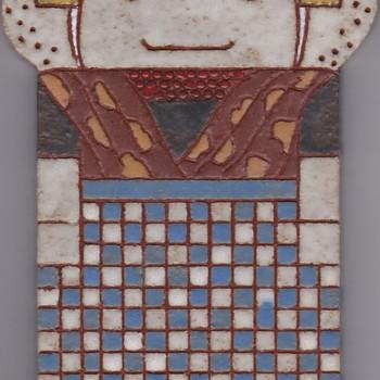 Tegel met ingekerfde lijnen, met voorstelling: streekdracht Zuid-Beveland, protestant, vrouw, vervaardigd door Frouwien Soenveld te Wageningen, ca. 1975-1985