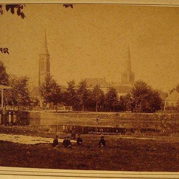 Ansichtkaart waarop afgebeeld : brug over de Oude IJssel, de kerken en de Bleek.
