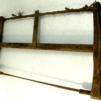 Zaag, spanzaag, van ijzer, hout en touw