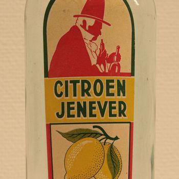Fles van groen glas met rode kurk met etiket met tekst 'Citroenjenever'