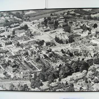 Luchtfoto, uit 1946, waarop afgebeeld het verwoeste centrum van Doetinchem