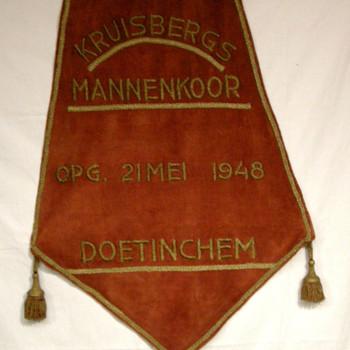 Vaandel, vijfkantig, van fluweel met gouddraad van Kruisbergs mannenkoor
