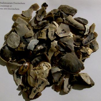 Vuurstenen en scherven en werktuigen uit de Nieuwe Steentijd gevonden bij opgravingen bij de Rijsksweg te Doetinchem