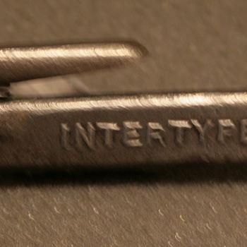Tangetje bij intertypmachine van Misset.