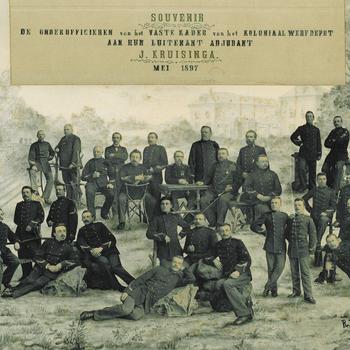 Fotomontage: Souvenir  De onderofficieren van het vaste kader van het Koloniaal Werfdepot aan hun luitenant adjudant J. Kruisinga mei 1897
