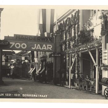 Prentbriefkaart 'Harderwijk 1231 - 1931 Donkerstraat'