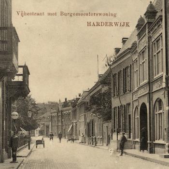 Prentbriefkaart, getiteld 'Vijhestraat met Burgemeesterswoning Harderwijk'