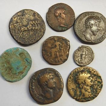 Acht Romeinse munten van brons en messing