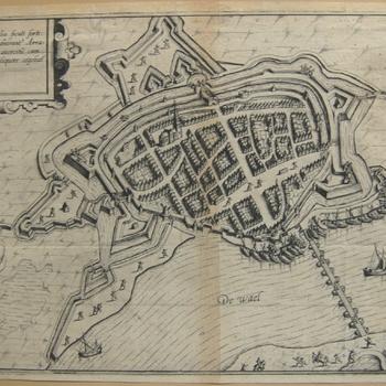Plattegrond met schipbrug, kanonnen en soldaten tijdens beleg Zaltbommel in 1599. Bijschriften. Gravure, Guicciardini.. 1e uitgave 1610.