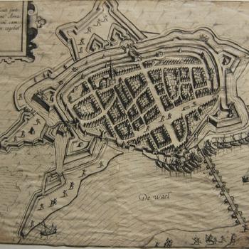 Plattegrond stad met rivier en schipbrug tijdens beleg Zaltbommel in 1599. Opschriften in Latijn. Gravure, ongedateerd.