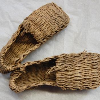 noodschoen. Eenvoudig instapmodel met platte neus.Gemaakt van touw. 2e Wereldoorlog.