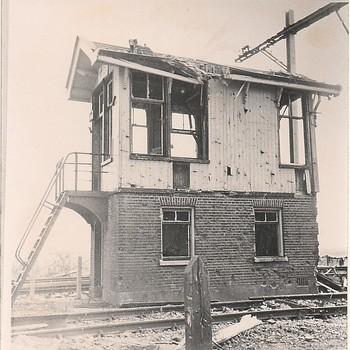 Oorlogsschade aan het station en spoor te Hedel.