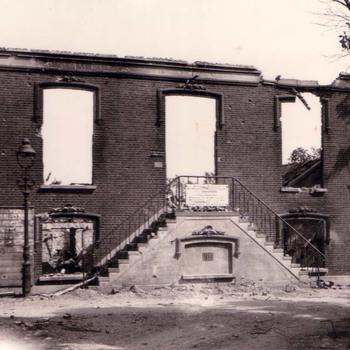 Verwoest gemeentehuis te Ammerzoden.