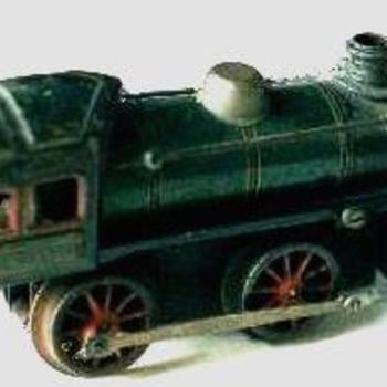 locomotief. Opwindmachanisme via twee stangen aan de wielen. Genummerde cabine. Kinderspeelgoed, 1900-1925.