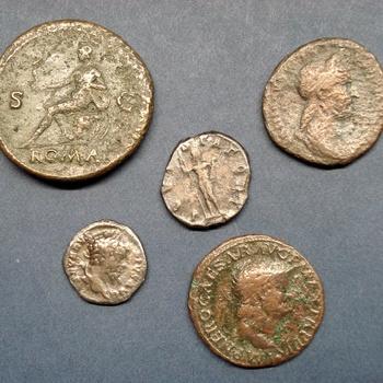 Vijf Romeinse munten. Brons en messing. Periode 0100-0250.