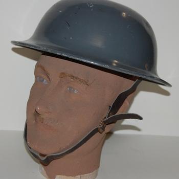 helm. Groen model met binnenwerk en gebruikt door de B.B. (Bescherming Bevolking). IJzer. Periode 1950-1960.