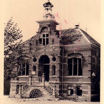 Een vernield gemeentehuis, te Kerkdriel.