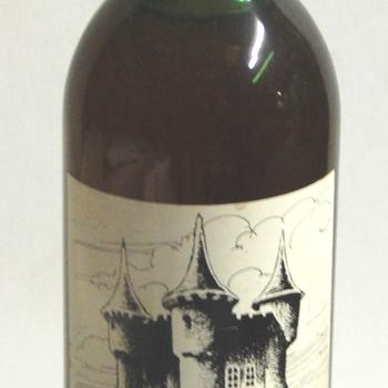 wijnfles. Cylindrische fles gevuld met wijn. Uitgegeven door Prins Carnaval, Mispelgat, periode 1973-1977.