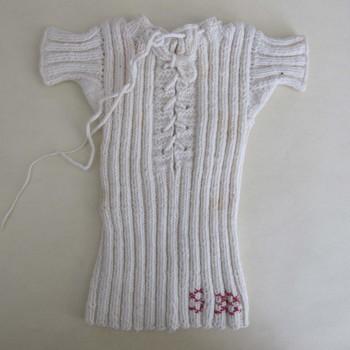 Wollen babykleding met geborduurde initialen S H