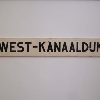Straatnaambord West-Kanaaldijk