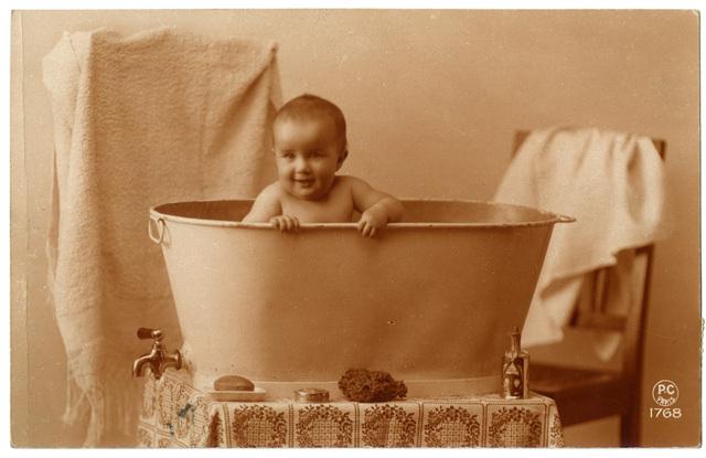 Baby in badkuip