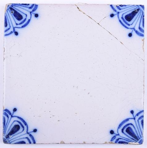 Tegel, blauwe bloemmotieven in hoeken