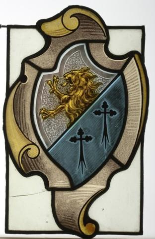 glasraamfragment, wapenschild in cartouche, klimmende leeuw en 2 klaverkruisen op vork