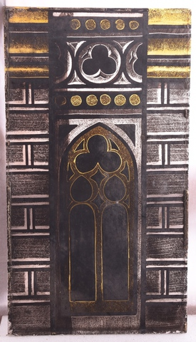 glasraamfragment, muurfragment met gotisch raam met maaswerk