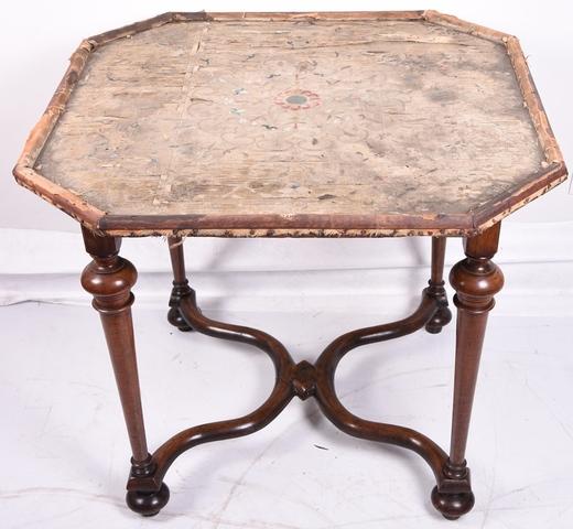 tafeltje met wortelpoten (of balusterpoten) in Lodewijk XIV-stijl, blad met textiel bekleed