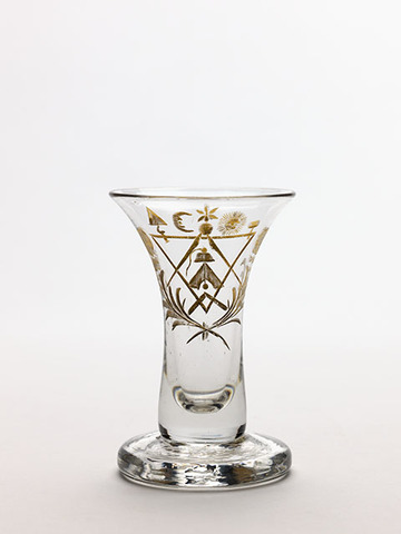 Glas:met vrijmetselaarssymbolen, van de loge Le Septentrion