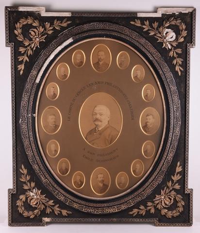 Lijst met portretfoto's 'Le Comité Cercle les amis Philanthropes d'Akkergem à son president Emile Bedinghaus'